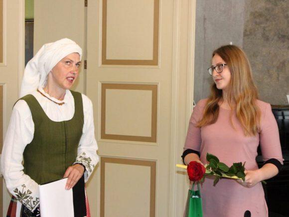 Vydūno gimnazijos abiturientė Laura Regelskytė (dešinėje) gavo daugiausia šimtukų - 4. (Oresto Lidžiaus nuotr.)