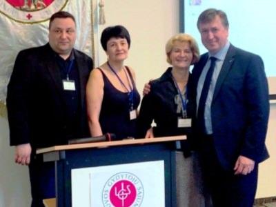 LGS suvažiavime A. Pikžirnienė (antra iš dešinės, nuotraukoje su šilutiškiais kolegomis) apdovanota vardiniu paveikslu. (www.silutesligonine.lt nuotr.)
