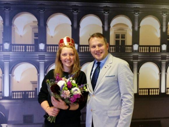 Iš Šilutės kilusi G. Tamašauskaitė karūnuota milijonąja Valdovų rūmų lankytoja. (www.valdovurumai.lt nuotr.)