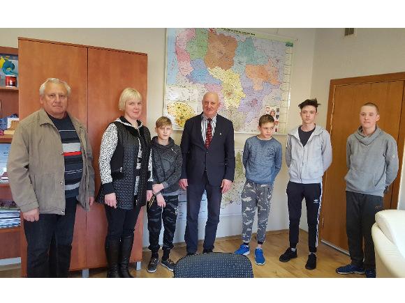 Švėkšnos 'Diemedžio' ugdymo centras sprendžia ydingos mokinių laikysenos problemą. (pazinkvalstybe.lt nuotr.)
