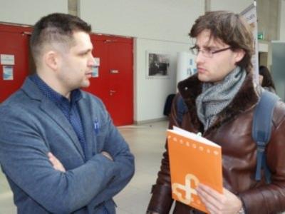 Su gydytoju chirurgu T. Grenovecku (kairėje) urologijos specialybės rezidentas Žilvinas diskutavo apie Šilutės ligoninėje atliekamas laparoskopines operacijas. (www.silutesligonine.lt nuotr.)