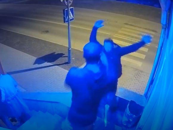 J. Perkinsas naktiniame klube nuo laiptų nustūmė ir rimtai sužalojo žmogų. (stop kadras)