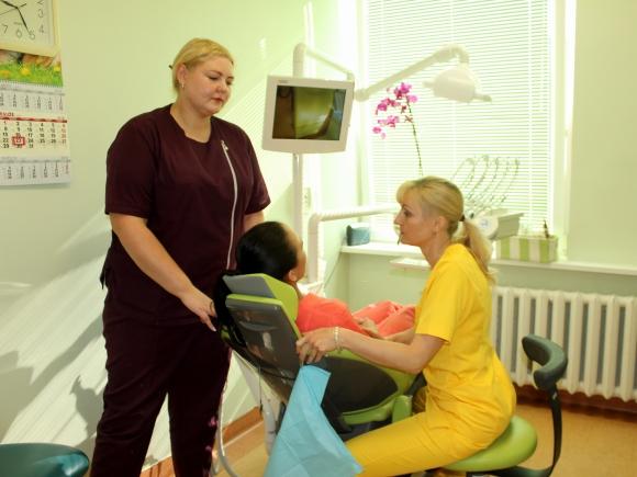 Odontologijos sk. vedėja gydytoja odontologė Nida Žemaitytė aptaria paciento gydymo planą su gyd. odontologe Natalija Mikheenko.