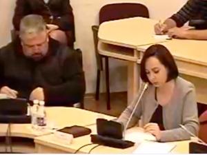 S. Tamašauskienė visos opozicijos vardu pareiškė nepasitikėjimą piktnaudžiavimo tyrime figūruojančiais vietos valdžios vyrais. (stop kadras)
