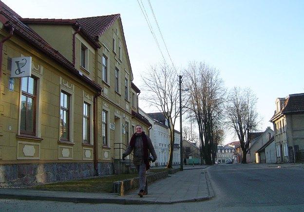 M. Jankaus gatvė po rekonstrukcijos: mažiau medžių, bet daugiau vietų automobiliams. (www.silutesetazinios.lt archyvo nuotr.)