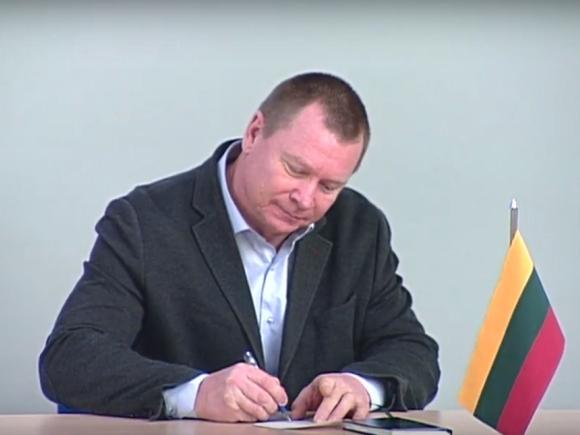 E. Judeikis Seimo rūmuose raštu pasižadėjo sąžiningai ir garbingai atlikti savo pareigas rinkimų komisijoje. (stop kadras)