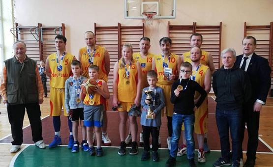 Švėkšnoje vykusiame šeimų krepšinio turnyre triumfavo Stonių šeimyna iš Švėkšnos. (Organizatorių nuotr.)