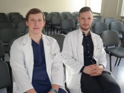 VšĮ Šilutės ligoninės ortopedai traumatologai Alius Pauža (kairėje) ir Gintaras Drūlia. Medikai informuoja moteris apie galimybę vėl turėti sveikas ir gražias pėdas. (www.silutesligonine.lt nuotr.)