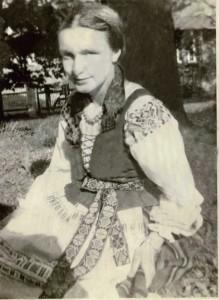 Eva Banaitytė tautiniais lietuvininkų rūbais.