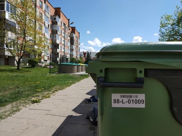 Visiems komunalinių atliekų konteineriams suteikti unikalūs numeriai ir brūkšniniai kodai, kurie nuskaitomi kiekvieną kartą, kai jie pakeliami ir ištuštinami.  (Oresto Lidžiaus nuotr.)