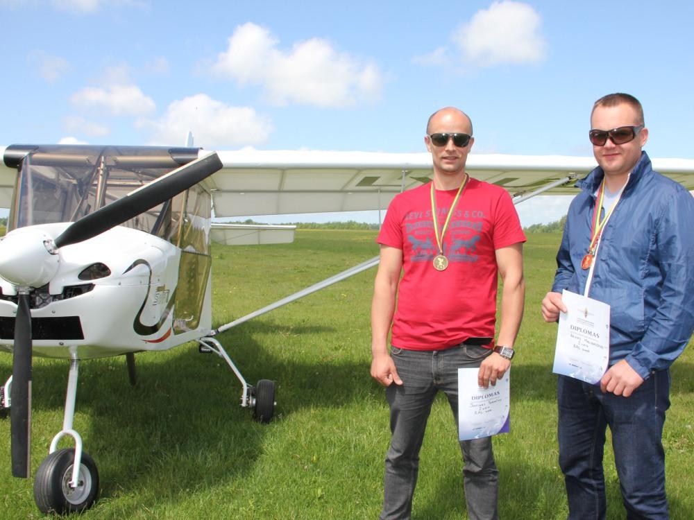 J. Subačius ir A. Malinauskas - Lietuvos ultralengvųjų orlaivių pilotų čempionato nugalėtojai. (A. Poteliūno nuotr.)