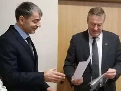 V. Pozingis persigalvojo – savo sprendimo dėl A. Stonio (kairėje) paskyrimo į Saugų seniūnus nekomentuos. (www.silute.lt nuotr.)