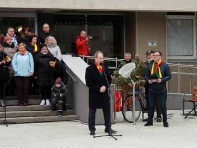 Kovo 11-osios renginio Šilutėje vedėjui (dešinėje) atseikėta 800 eurų. (www.silutesetazinios.lt archyvo nuotr.)