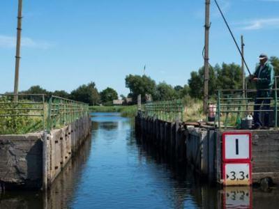 ŠLIUZAS. Plaukiant Karaliaus Vilhelmo kanalu reikia praplaukti ne vieną šliuzą. (V. Jurevičienės, VE.lt, nuotr.)