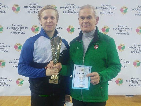 Populiariausiu sportininku išrinktas stalo tenisininkas M. Vilkas. (nuotraukoje su klubo vadovu J. Piekautu, www.silute.lt nuotr.)