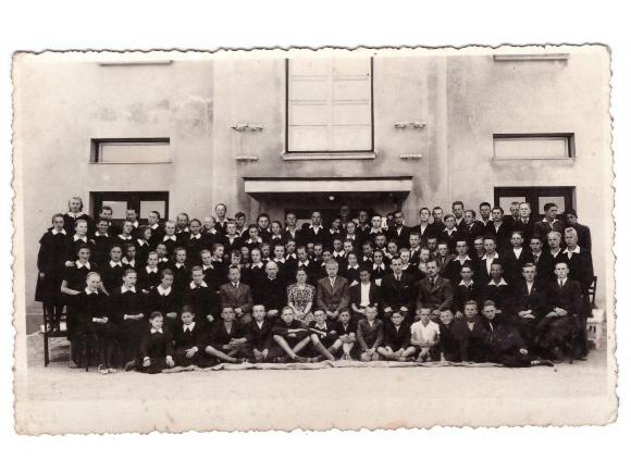 1939 - 1940 m. m., abiturientai su mokytojais. (Žemaičių Naumiesčio muziejaus nuotr.)