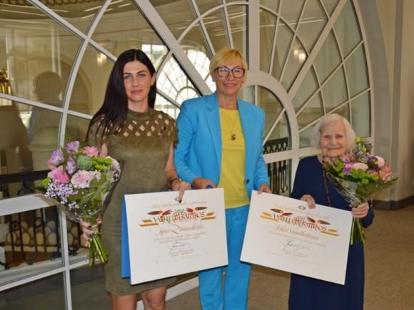 I. Zarambaitei (kairėje) įteikta Vaikų literatūros premija. (www.smm.lt nuotr.)