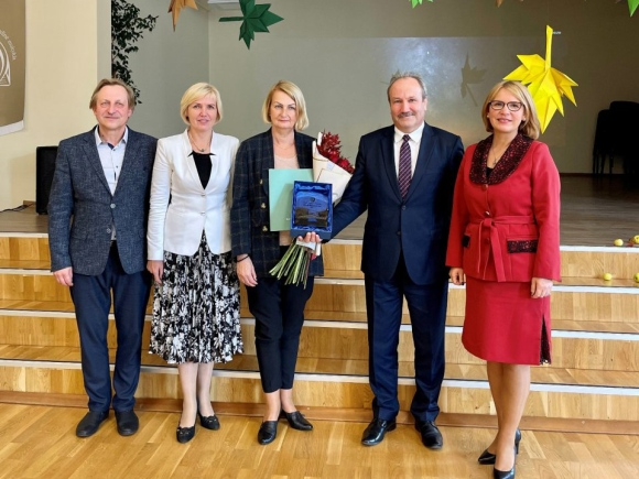 V. Lukočienei (centre) įteikta Metų mokytojo nominacija ir premija. (www.silute.lt nuotr.)